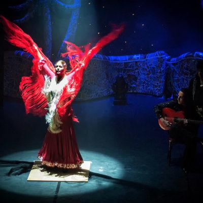 Flamenco-Tänzerin mit Gitarrist und Sänger