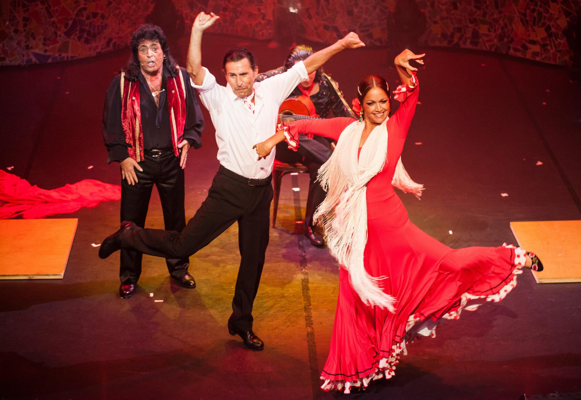 Flamenco Paartanz auf der Bühne mit Sänger und Gitarrist
