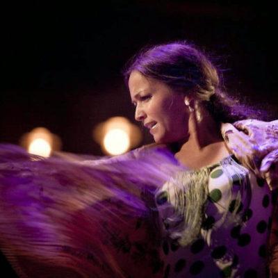 Flamenco-Show mit Mantón auf der Bühne