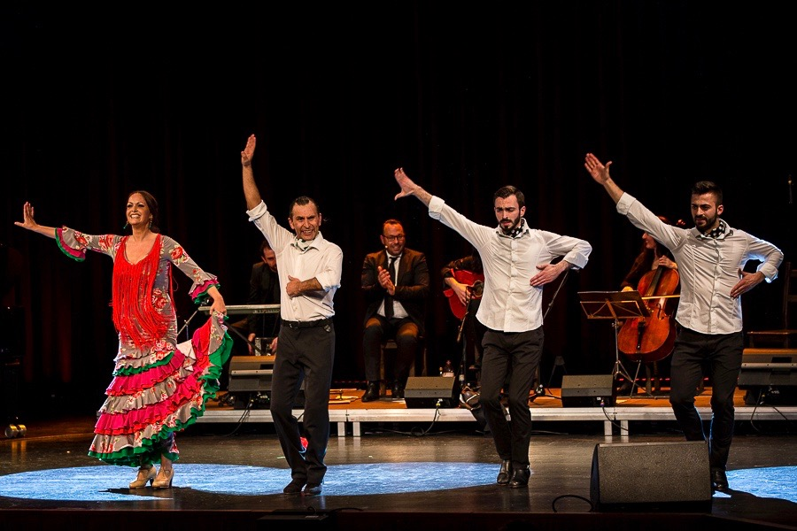 Flamenco-Tanzpaar mit Musik-Ensemble und Gruppentänzern