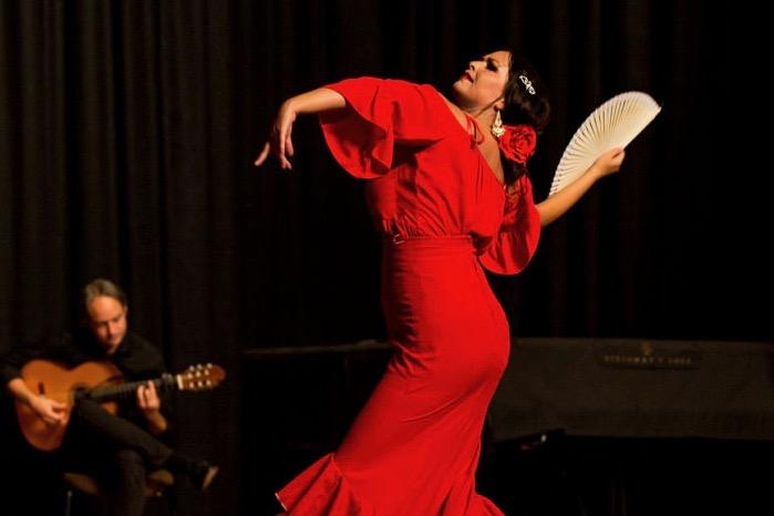 Flamenco-Tänzerin mit Gitarrist