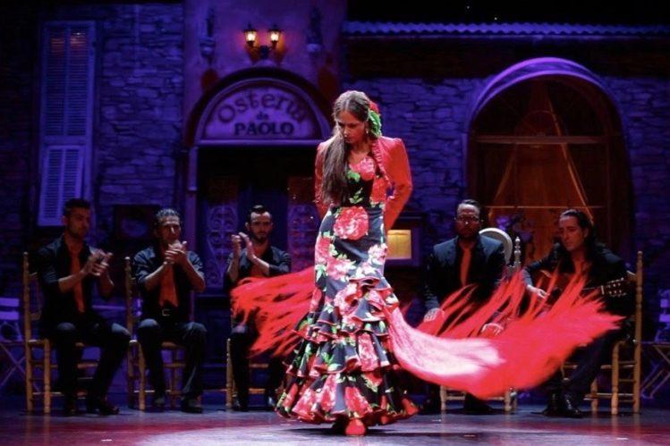 Flamenco-Tanzpaar und Musik-Ensemble