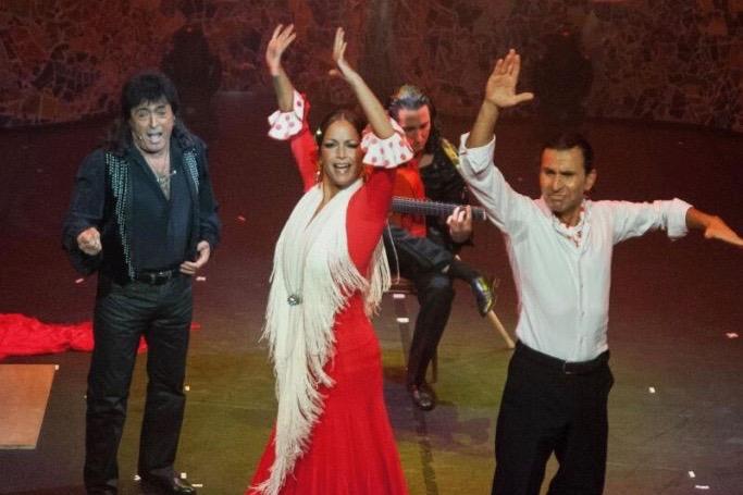 Flamenco-Tanzpaar mit Gitarrist und Sänger